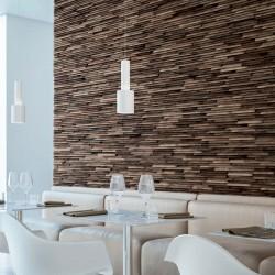 Salle de restaurant avec panneau mural en noyer